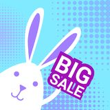 Bunny Hold Big Sale Sign per la carta di offerta speciale di shopping di festa di Pasqua Fotografie Stock