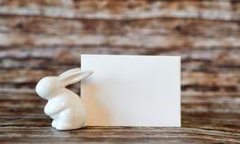 Bunny Rabbit cerâmico com cartão vazio Fotos de Stock Royalty Free