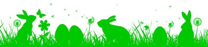 Bunny Sitting In The Meadow mit Osterei, Ostern-Konzept mit Schmetterling Lizenzfreie Stockbilder