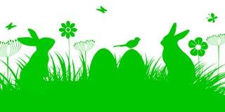Bunny Sitting In The Meadow mit Osterei, Ostern-Konzept mit Schmetterling und Vögeln Stockbild