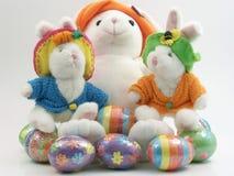 bunnys五颜六色的复活节彩蛋 免版税库存照片