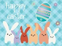 Bunnys da Páscoa com um ovo da páscoa Fotos de Stock