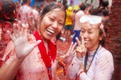 Bunol, Испания - 28-ое августа: 2 девушки в задавленном смехе o томатов Стоковые Изображения RF
