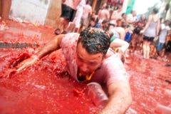 Bunol, Spanje - Augustus 28: De man ligt en lacht in tomatenslus Royalty-vrije Stock Afbeeldingen