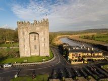 Bunratty城堡和Durty尼利` s客栈,爱尔兰- 2017年1月31日:爱尔兰` s鸟瞰图多数著名城堡和爱尔兰客栈 免版税库存图片