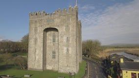 Bunratty Castle και μπαρ Durty Νέλλυ ` s, Ιρλανδία - 31 Ιανουαρίου 2017: Εναέρια άποψη της Ιρλανδίας ` s το διασημότερο Castle κα φιλμ μικρού μήκους