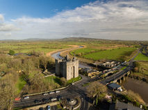 Bunratty Castle και μπαρ Durty Νέλλυ ` s, Ιρλανδία - 31 Ιανουαρίου 2017: Εναέρια άποψη της Ιρλανδίας ` s το διασημότερο Castle κα Στοκ εικόνες με δικαίωμα ελεύθερης χρήσης
