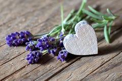 Bunsh van lavendelbloemen en een houten hart Stock Fotografie
