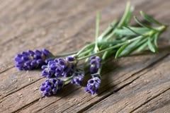 Bunsh van lavendelbloemen op doorstaan hout Stock Afbeelding