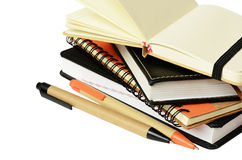 Bunt av anteckningsböcker och pennor royaltyfri bild