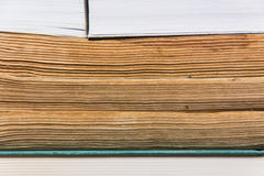 Bunt av använda gamla böcker Royaltyfri Foto