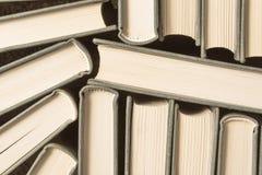 Bunt av använda gamla böcker Arkivbild