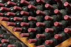 Bunt av att åldras rött vinflaskor Arkivbild