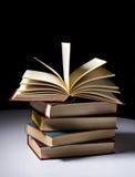 Bunt av böcker royaltyfri fotografi