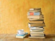Bunt av böcker, med en kopp kaffe royaltyfria bilder