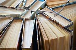 Bunt av böcker med exponeringsglas royaltyfri foto