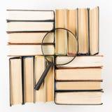 Bunt av böcker med förstoringsglaset fann den abstrakt för kubdata för begreppet 3d exponeringen glass guld- green för att ha inf Royaltyfria Bilder