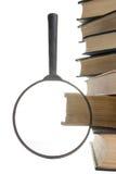 Bunt av böcker med förstoringsglaset fann den abstrakt för kubdata för begreppet 3d exponeringen glass guld- green för att ha inf Royaltyfri Fotografi