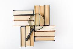 Bunt av böcker med förstoringsglaset fann den abstrakt för kubdata för begreppet 3d exponeringen glass guld- green för att ha inf Arkivfoto