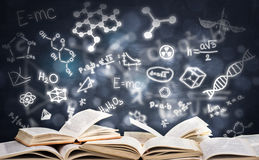 Bunt av böcker med gloving av utbildningssymboler Arkivfoto