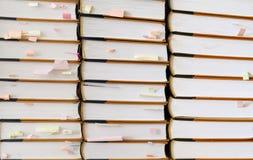 Bunt av böcker med klibbiga anmärkningar Royaltyfri Foto