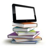 Bunt av böcker och bärbara datorn Arkivfoton