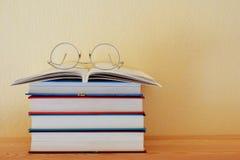 Bunt av böcker och exponeringsglas arkivbilder