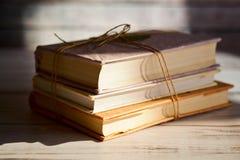 Bunt av böcker på en trätabell arkivfoton