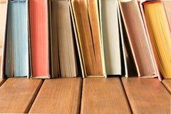 Bunt av böcker på en trätabell Begreppet av utbildning och kunskap från böcker arkivbilder