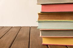 Bunt av böcker på en trätabell Begreppet av utbildning och kunskap från böcker close upp Med tomt utrymme för text royaltyfri bild