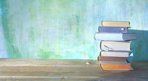 Bunt av böcker på grön grungy bakgrund, bra kopia royaltyfria bilder