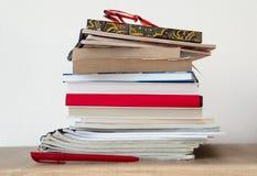 Bunt av böcker på hyllan Royaltyfri Fotografi