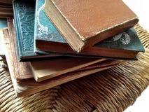 Bunt av böcker på stol Royaltyfri Bild