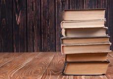 Bunt av böcker på trä royaltyfria bilder