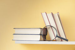 Bunt av böcker på trähylla sax och blyertspennor på bakgrunden av kraft papper tillbaka skola till Kopiera utrymme för text arkivbild