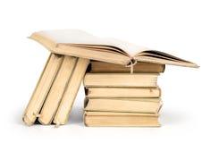 Bunt av böcker som isoleras på en vit Royaltyfria Foton