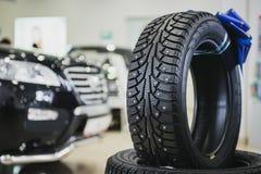 Bunt av bilgummihjul i visningslokalen Nya bilar in Arkivfoto