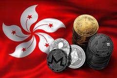 Bunt av Bitcoin mynt på den Hong Kong flaggan Läge av Bitcoin och andra cryptocurrencies i Hong Kong Fotografering för Bildbyråer