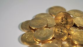 Bunt av Bitcoin mynt på en tabell arkivfilmer