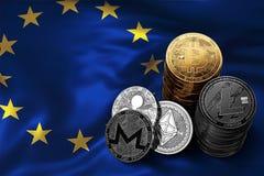 Bunt av Bitcoin mynt på EU-flagga Läge av Bitcoin och andra cryptocurrencies i europeisk union Arkivfoto
