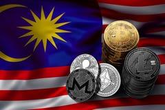 Bunt av Bitcoin mynt på malaysisk flagga Läge av Bitcoin och andra cryptocurrencies i Malaysia Royaltyfri Fotografi