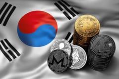 Bunt av Bitcoin mynt på sydkoreansk flagga Läge av Bitcoin och andra cryptocurrencies i Sydkorea Fotografering för Bildbyråer