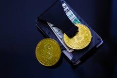 Bunt av Bitcoins, Ethereum, Litecoin, krusning och andra crypto valutor överst av dollarräkningen på ett pengargem som lägger på  fotografering för bildbyråer