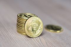 Bunt av bitcoins med ett enkelt mynt som vänder mot kameran i skarp fokus arkivbild