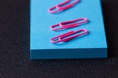 Bunt av blåa klistermärkear och rosa gemmar Royaltyfri Foto