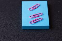 Bunt av blåa klistermärkear och rosa gemmar Arkivbild