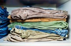Bunt av blandad byxa i garderob royaltyfria foton