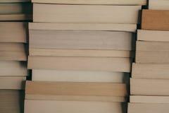 Bunt av bokbakgrund Rad av böcker som bakgrund för design Utbildnings- och vishetbegrepp Gammal tappning bokar bakgrund Royaltyfri Bild