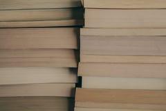 Bunt av bokbakgrund Rad av böcker som bakgrund för design Utbildnings- och vishetbegrepp Gammal tappning bokar bakgrund Royaltyfria Bilder