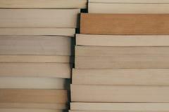Bunt av bokbakgrund Rad av böcker som bakgrund för design Utbildnings- och vishetbegrepp Gammal tappning bokar bakgrund Royaltyfria Foton